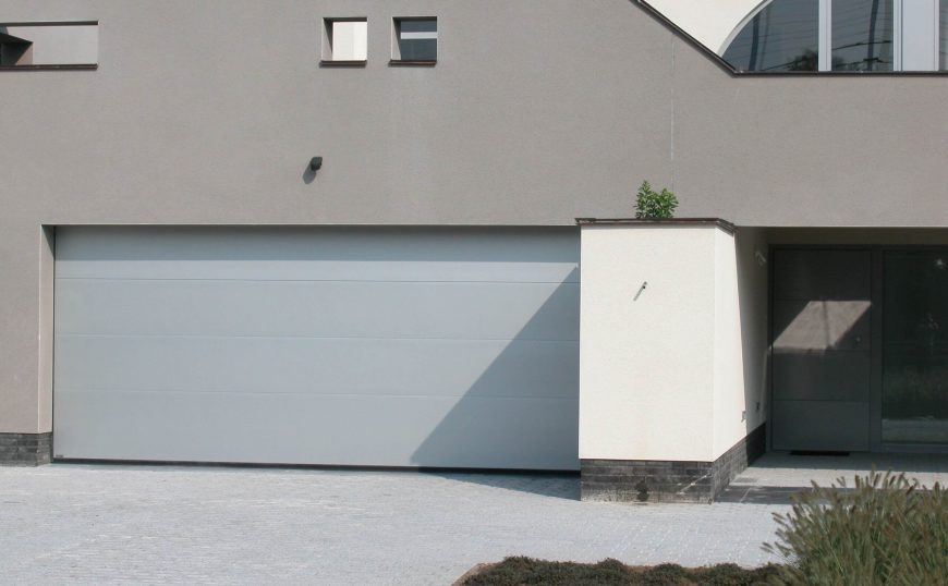 réalisation de porte de garage sectionnelle couleur sur échantillon
