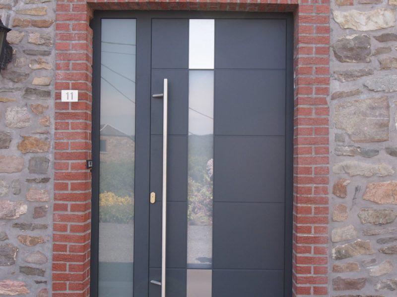 Porte d'entrée avec partie vitrée à Blègny