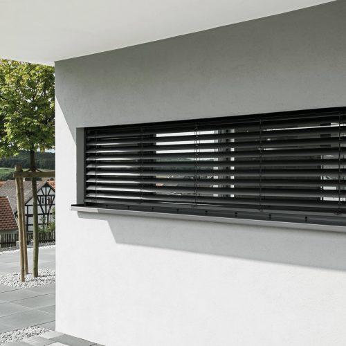 Store orientable intégré de la marque Roma